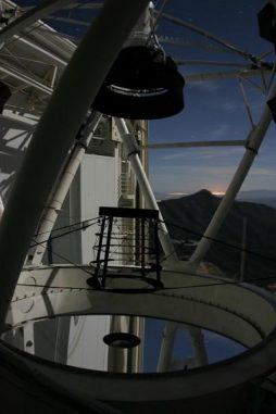 Der Hauptspiegel des 6,5-Meter-Teleskops am MMT Observatory. Das Observatorium wurde genutzt, um das Nachglühen eines Gammastrahlenausbruchs zu beobachten und auf diese Weise erstmals die Anwesenheit neutraler Materiewolken im frühen Universum zu messen. (MMT Observatory)