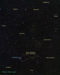 Bodenbasierte Aufnahme des Nachthimmels mit den benachbarten Sternbildern und der Position von Fomalhaut A. (A. Fujii, NASA, ESA, and Z. Levay (STScI))