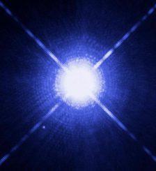 """Hubble-Aufnahme des Doppelsternsystems Sirius A und B. Sirius B (der kleine Punkt unten links), der leuchtschwache Begleiter, ist ein Weißer Zwerg. Es ist ein Doppelsternsystem bekannt, das aus zwei Weißen Zwergen besteht und als """"Irrläufer"""" durch die Galaxie fliegt. Einer neuen Studie zufolge wurde es aus einem dichten Sternhaufen herauskatapultiert. (NASA, ESA, H. Bond (STScI), and M. Barstow (University of Leicester))"""