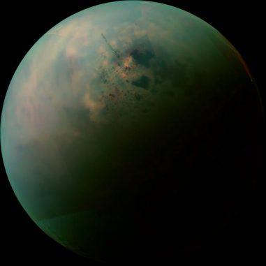 Falschfarben-Mosaik aus Infrarot-Daten, die von der NASA-Raumsonde Cassini gesammelt wurden. Es zeigt Unterschiede in der Oberflächen-beschaffenheit um die Seen aus flüssigen Kohlenwasserstoffen auf dem größten Saturnmond Titan. (NASA / JPL-Caltech / University of Arizona / University of Idaho)