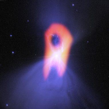 """ALMA enthüllt die wahre Gestalt des Bumerangnebels, dem """"kältesten Ort im Universum"""". Die blaue Struktur im Hintergrund (optische Daten des Hubble-Teleskops) zeigt eine klassische, doppellappige Form mit einer sehr schmalen Zentralregion. ALMAs Auflösung und Fähigkeiten, das kalte, molekulare Gas zu registrieren, offenbaren die länglichere Gestalt des Nebels (hier rot dargestellt). (Bill Saxton; NRAO / AUI / NSF; NASA / Hubble; Raghvendra Sahai)"""