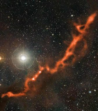 Ein Ausschnitt der Taurus-Molekülwolke im Sternbild Stier. Das Filament ist etwa zehn Lichtjahre lang und leuchtet im Millimeterbereich jenseits des sichtbaren Lichtspektrums. (ESO)