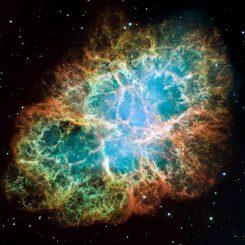 Der Krebsnebel, aufgenommen vom Hubble Space Telescope. Im Zentrum des Supernova-Überrests befindet sich der Krebspulsar, ein schnell rotierender Neutronenstern von 25 Kilometern Durchmesser. Die Entfernung zu dem Objekt beträgt circa 6.300 Lichtjahre. (NASA, ESA, J. Hester and A. Loll (Arizona State University))