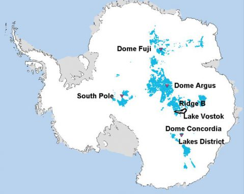 Die blauen Gebiete kennzeichnen die Regionen in Antarktika, in denen man bis zu 1,5 Millionen Jahre altes Eis finden könnte. Sie befinden sich in der Nähe des Südpols und nahe der größten Erhebungen des antarktischen Eisschildes. (Van Liefferinge and Pattyn)