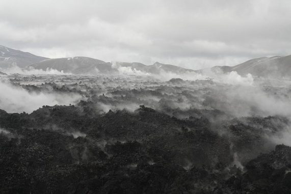Dieser Obsidian-Lavastrom des Vulkans Puyehue-Cordon Caulle in Chile dampft, nachdem Regen auf ihn fiel. (Image courtesy of Dr. Hugh Tuffen / Lancaster University)