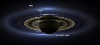 Cassini-Aufnahme des majestätischen Planeten Saturn mit seinem Ringsystem und den Planeten Erde, Venus und Mars als winzige Lichtpunkte im Hintergrund. (NASA / JPL-Caltech / SSI)