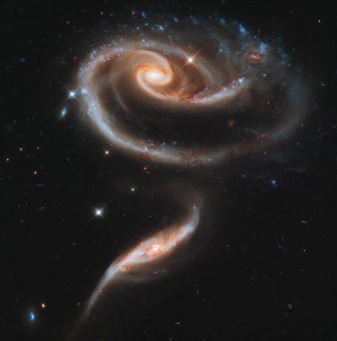 Die beiden interagierenden Galaxien UGC 1810 und UGC 1813, bekannt als Arp 273. Die Aufnahme stammt vom Weltraumteleskop Hubble. (NASA, ESA and the Hubble Heritage Team (STScI / AURA))