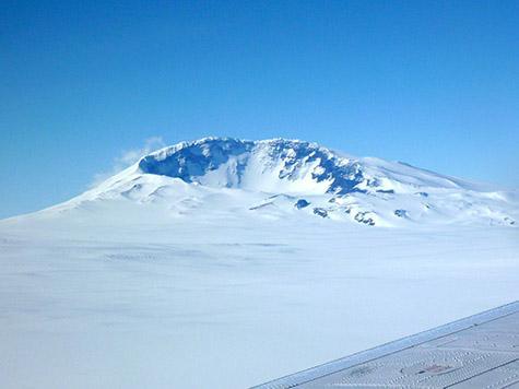Mount Sidley an der Spitze des Executive Committee Range im Marie Byrd Land ist der letzte Vulkan der Vulkankette, der sich über die Eisoberfläche erhebt. Seismologen haben in Ausbreitungsrichtung der Kette, etwa 30 Meilen vor Mount Sidley, neue vulkanische Aktivitäten unter dem Eis registriert. Die Entdeckung spricht dafür, dass sich die Magmaquelle unter der Vulkankette zwischen der Kruste und dem antarktischen Eisschild bewegt. (Doug Wiens)