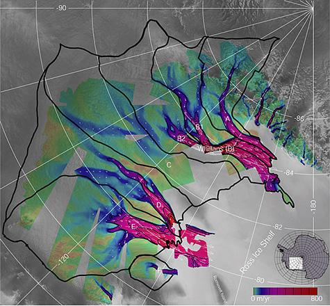 Schmelzwasser des neuen Vulkans würde in den MacAyeal Eisstrom fließen (markiert als Eisstrom E). Dieses Radarbild von Westantarktika wurde farbcodiert, um die Bewegungsgeschwindigkeit des Eises zu veranschaulichen. Rote Gebiete kennzeichnen die sich schnell bewegenden Zentren der Eisströme und die schwarzen Linien stellen die Einzugsgebiete jedes Eisstroms dar. Der neue Vulkan könnte die Eisverlustrate des MacAyeal Eisstroms erhöhen, indem er die Reibung in den Rutschgebieten durch Wasser verringert. (Earth Observatory / NASA)
