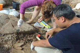 Andrew Koh und Nurith Goshen nehmen Proben von einem antiken Krug für die Analyse der organischen Überreste. (Eric H. Cline / The George Washington University)