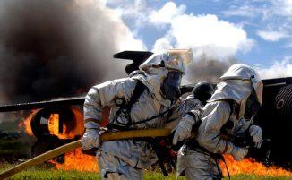 Feuerwehrleute der Air Force bei einer Übung auf der Andersen Air Force Base in Guam. Die Routineübung wird auf der Basis ein paar Mal pro Jahr durchgeführt, um die Mobilität und die Eingreifmöglichkeiten in Kriegszeiten zu gewährleisten. (U.S. Air Force Photo by Staff Sgt. Bennie J. Davis III)