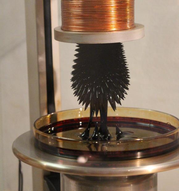Nanotechnologie-Experiment mit einem magnetischen Ferrofluid. (astropage.eu mit freundlicher Genehmigung des Deutschen Museums Bonn)