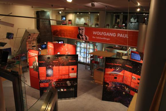 Blick auf die Halle mit der Sonderausstellung über Wolfgang Paul, den Teilchenfänger. (astropage.eu mit freundlicher Genehmigung des Deutschen Museums Bonn)
