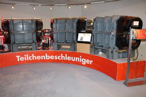 Das von Wolfgang Paul und seinen Mitarbeitern entwickelte 500 MeV Synchrotron. (astropage.eu mit freundlicher Genehmigung des Deutschen Museums Bonn)