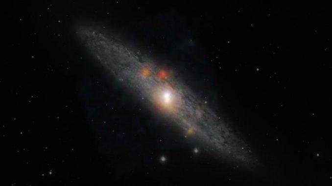 Die Sculptor-Galaxie im Sternbild Bildhauer. Das Bild basiert auf optischen Daten, die von der Europäischen Südsternwarte in Chile gesammelt wurden. Die ergänzenden Röntgendaten stammen von NuSTAR. (NASA / JPL-Caltech / JHU)