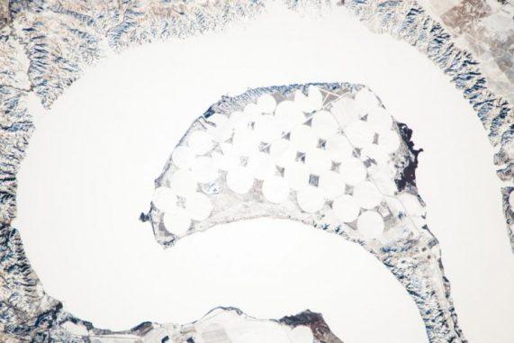 Der Lake Sharpe in South Dakota (USA) ist eigentlich eine sehr große Mäanderschlinge des Missouri River. (NASA)