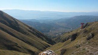 Das DarkSide-50-Experiment wird rund 1,6 Kilometer unter dem Gran Sasso in Italien durchgeführt. Das Bild zeigt einen Blick auf das Städtchen Assergi, dem Sitz der oberirdischen Einrichtungen des Gran Sasso National Laboratory. (Will Taylor)
