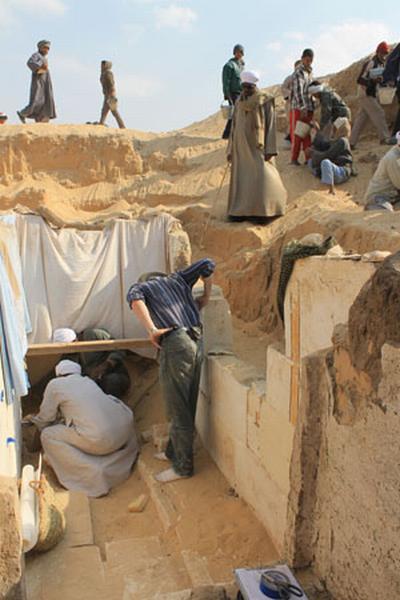 Teammitglieder bei der Ausgrabung der Grabkammer von Pharao Weseribre Senebkay. (Photo: Josef Wegner, Penn Museum)