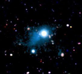 Diese Aufnahme zeigt die zwei Millionen Lichtjahre große Nebelstruktur (cyan) in der Umgebung des Quasars UM 287. Die energiereiche Strahlung des Quasars regt das Gas zum Leuchten an. (S. Cantalupo, UCSC (via Keck Observatory))