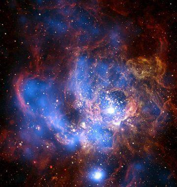 Die sternbildende Galaxie NGC 694 in optischen und Röntgenwellenlängen (blau). Die Röntgenemission stammt größtenteils von Prozessen, die mit der Sternentstehungsaktivität in Zusammenhang stehen. (X-ray: NASA / CXC / CfA / R. Tuellmann et al.; Optical: NASA / AURA / STScI)