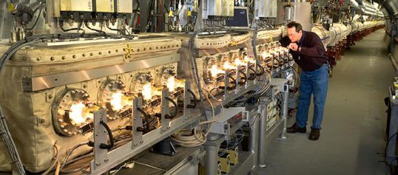 Der Techniker Mike Myers überprüft Komponenten der stochastischen Kühlung. (Courtesy Brookhaven National Laboratory)