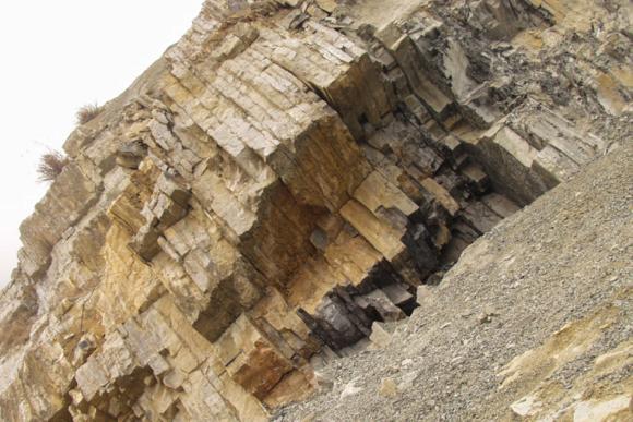 Eine Gesteinsformation aus der Perm-Trias-Grenze in Meishan (China). Dieses Foto zeigt die Kalksteinschichten zwischen den Schichten vulkanischer Asche, die von den Forschern datiert werden konnten. (Photo: Shuzhong Shen)