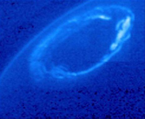 Ultraviolett- und Infrarotbilder der NASA-Sonde Cassini und des Hubble Space Telescope zeigen aktive und ruhige Auroras an den Nord- und Südpolen Saturns. (NASA / JPL-Caltech / University of Colorado / Central Arizona College and NASA / ESA / University of Leicester and NASA / JPL-Caltech / University of Arizona / Lancaster University)
