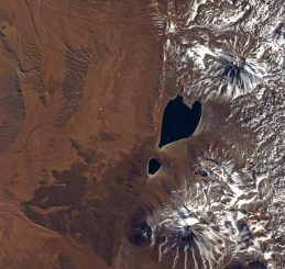Satellitenaufnahme zweier Seen in der Atacama-Wüste. Oben der herzförmige Miscanti-See und darunter der kleinere Miñiques-See. (JAXA / ESA)