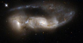 Die beiden verschmelzenden Galaxien NGC 6621 (links) und NGC 6622 (rechts) sind ein eindrucksvolles Beispiel für stark wechselwirkende Galaxienpaare. (NASA, ESA, the Hubble Heritage Team (STScI / AURA) - ESA / Hubble and W. Keel (University of Alabama, Tuscaloosa))