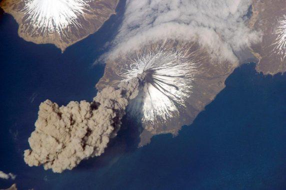 Das Bild zeigt den Vulkan Mount Cleveland, einen der aktivsten Vulkane der Aleuten vor dem Festland Alaskas. (NASA)