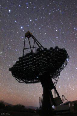 Ein Teleskop des VERITAS (Very Energetic Radiation Imaging Telescope Array System) Gammastrahlen-Observatoriums mit dem Sternbild Leo (Löwe) im Hintergrund. (P.K. Chen)
