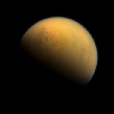 Cassini-Aufnahme des Saturnmondes Titan. Der größte Mond des Saturn besitzt eine dichte, stickstoffreiche Atmosphäre. (NASA / JPL-Caltech / Space Science Institute)