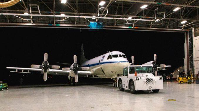 Das P-3-Forschungsflugzeug der NASA verlässt den Hangar auf der Wallops Flight Facility in Virginia, um auf den Flug zur Thule Air Base in Grönland vorbereitet zu werden. (NASA / Patrick Black)