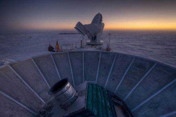 Sonnenuntergang hinter dem BICEP2-Teleskop (vorne) und dem South Pole Telescope (hinten) am Südpol. (Steffen Richter / Harvard University)