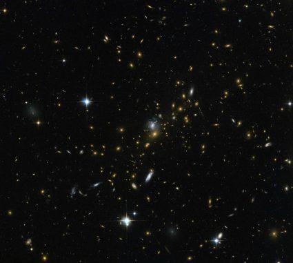 Hubble-Aufnahme des massereichen Galaxienhaufens MACS J0454.1-0300. (ESA / Hubble & NASA; Acknowledgement: Nick Rose)