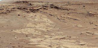 Sandsteinschichten mit verschiedener Erosionsbeständigkeit sind auf dem Bild der Mast Camera vom 25. Februar 2014 zu sehen. Das gezeigte Gebiet liegt etwa 400 Meter von einem geplanten Wegpunkt namens Kimberley entfernt. (NASA / JPL-Caltech / MSSS)