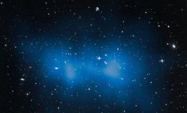 Ein Teil des riesigen Galaxienhaufens El Gordo, aufgenommen vom Weltraumteleskop Hubble. (NASA, ESA, and J. Jee (University of California, Davis))