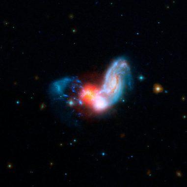 Zw II 96, ein verschmelzendes Galaxienpaar, zeigt starke Starburst-Aktivitäten. Das Bild basiert auf Daten der Weltraumteleskope Hubble und Spitzer. (NASA / JPL-Caltech / STScI)