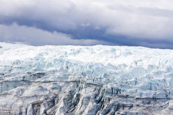 Eislandschaft in Grönland. Unter dem Eisschild haben Forscher Belege für eine urzeitliche Tundralandschaft gefunden. (Joshua Brown, University of Vermont)
