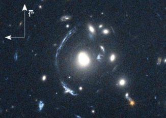 Die junge Galaxie SDSS090122.37+181432.3 - kurz S0901 - ist der helle Bogen links von der hellen Galaxie in der Mitte. Ihr Bild wird durch eine Gravitationslinse verzerrt. (NASA / STScI; S. Allam and team; and the Master Lens Database, L. A. Moustakas, K. Stewart, et al (2014))