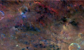 Der Krater Sextilia (unten rechts) auf dem großen Asteroiden Vesta im Asteroidenhauptgürtel zwischen Mars und Jupiter. Das Bild hebt feine Unterschiede bei der Oberflächenbeschaffenheit und der Zusammensetzung des Gesteins vor. (NASA / JPL-Caltech / UCLAMPS / DLR / IDA)