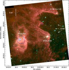Infrarotaufnahme der W5-East-Molekülwolke. Die blaue Umrandung zeigt ein Gebiet mit ionisierender Strahlung der eingebetteten Sterne. Die weißen Pfeile stellen die Strahlungsrichtung von externen, heißen Sternen dar. (NASA / Spitzer / IRAC)