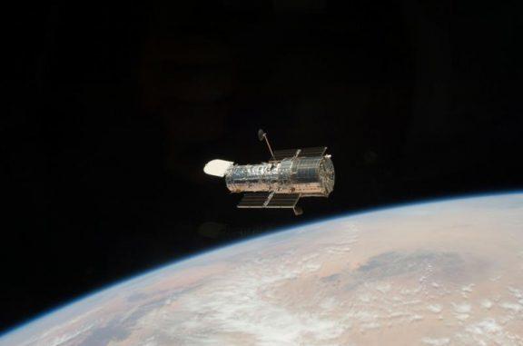 Das Hubble-Teleskop, fotografiert während der Mission STS-125 im Mai 2009 von Bord des Space Shuttle Atlantis aus. Das Teleskop wurde im Rahmen der Servicing Mission 4 (SM4), der fünften und letzten Service-Mission, verbessert. (NASA)