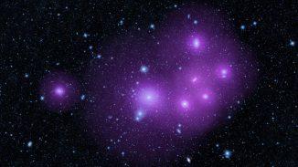 Aktive supermassive Schwarze Löcher in den Zentren von Galaxien lassen sich in zwei Kategorien einteilen: Entblößte Schwarze Löcher und diejenigen, die hinter dichtem Staub verborgen sind. (NASA / JPL-Caltech)