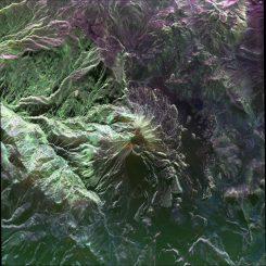 Ein Falschfarbenbild des peruanischen Vulkans Ubinas, aufgenommen vom UAVSAR am 14. April 2014. Der Ubinas ist der aktivste Vulkan in Peru. (NASA / JPL-Caltech)
