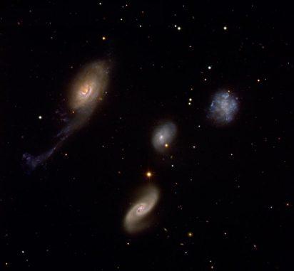 Roberts Quartett ist eine kompakte Galaxiengruppe, die aus vier Mitgliedern besteht. Die Aufnahme wurde mit dem Very Large Telescope der Europäischen Südsternwarte in Chile gemacht. (ESO)