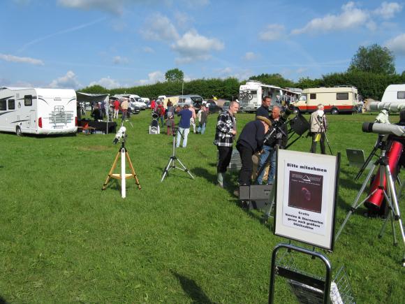 Interessierte ITV-Teilnehmer begutachten verschiedene Teleskope (astropage.eu)
