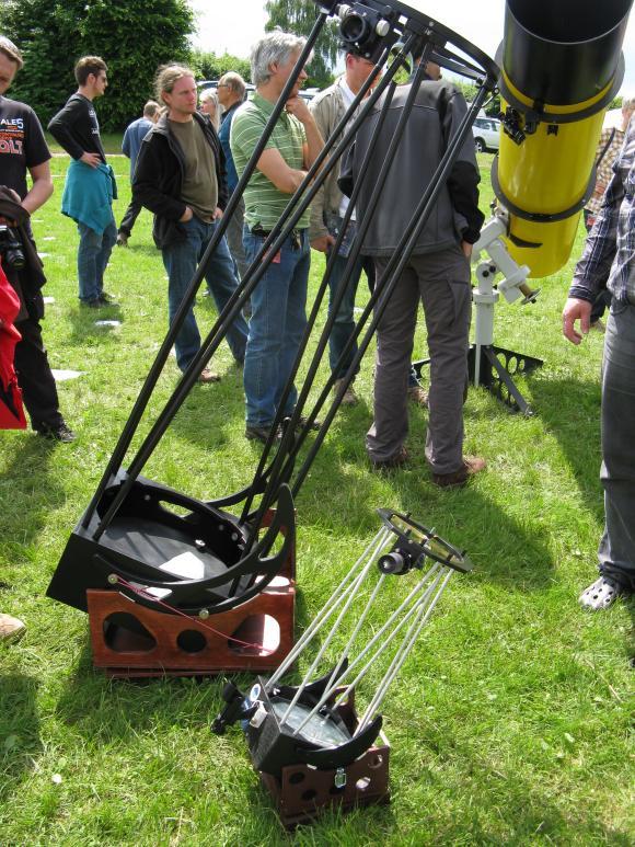 Zwei Selbstbau-Dobsons mit 1800mm und 600mm Brennweite. Sie können schnell in eine transportable Größe zerlegt werden. (astropage.eu)