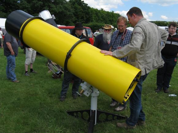 Ein vorübergehend parallaktisch montierter Newton mit 1700mm Brennweite in PVC-Leichtbauweise. (astropage.eu)