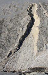 Blick nach Norden an der Ice River Spring auf Ellesmere Island. Die hochvolumige Quelle hat eine kleine Schlucht in das Gestein gegraben. Ähnliche Schluchten gibt es auch auf dem Mars. (Photo by Stephen Grasby)